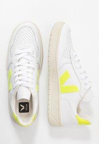 Veja - V-10 - Trainers - white/jaune fluo - 3