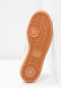 Veja - V-12  - Sneakers laag - white/emeraude - 4