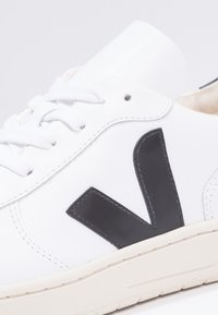 Veja - V10 LEATHER - Matalavartiset tennarit - extra white/black - 5