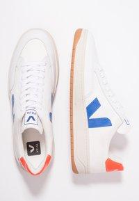 Veja - V-12 - Baskets basses - white/indigo/orange/fluo - 1