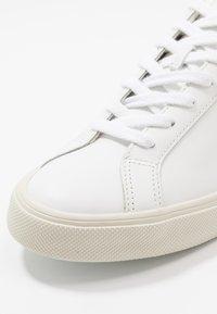 Veja - ESPLAR LOGO - Matalavartiset tennarit - extra-white/marsala/black - 5