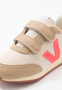 Veja - SMALL NEW ARCADE - Trainers - natural rose/fluo butter - 2