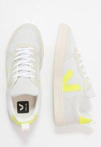 Veja - SMALL V-10 MALHA - Trainers - branco aluminho/jaune fluo - 0