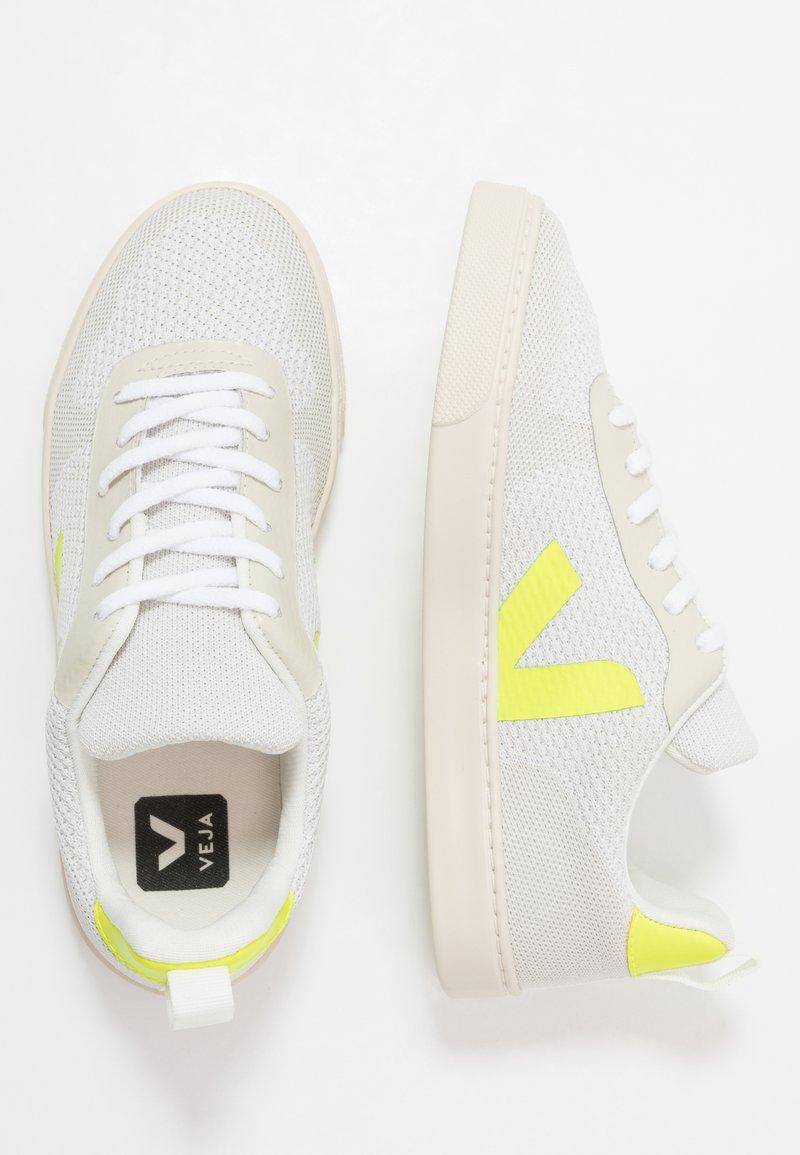 Veja - SMALL V-10 MALHA - Trainers - branco aluminho/jaune fluo
