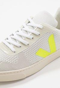 Veja - SMALL V-10 MALHA - Trainers - branco aluminho/jaune fluo - 2