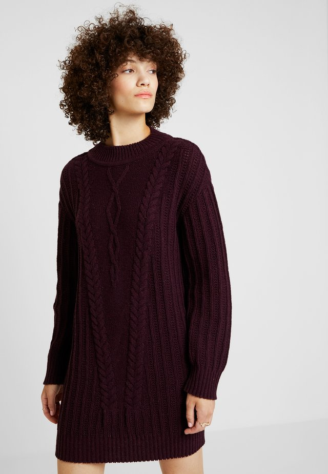 PULLOVER STRUCTURE PATTERN - Pletené šaty - brown red