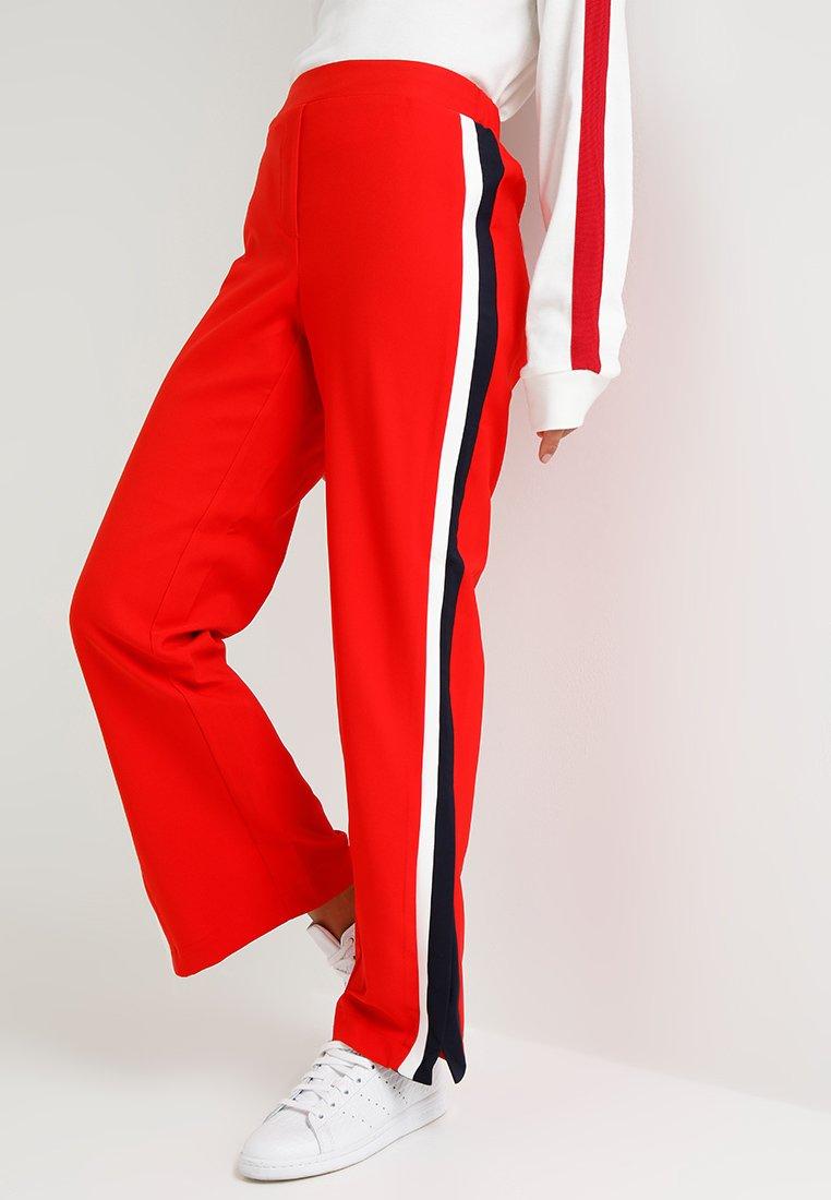 Vero Moda Petite - VMNELLE TRACK PANT  - Stoffhose - flame scarlet