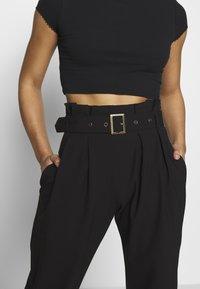 Vero Moda Petite - VMVIKIVI BELT PANTS - Kalhoty - black - 3