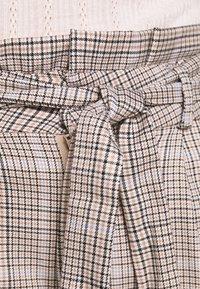 Vero Moda Petite - LOOSE PAPERBAG - Pantalon classique - silver mink/birch/light blue/black - 4