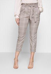 Vero Moda Petite - LOOSE PAPERBAG - Pantalon classique - silver mink/birch/light blue/black - 0