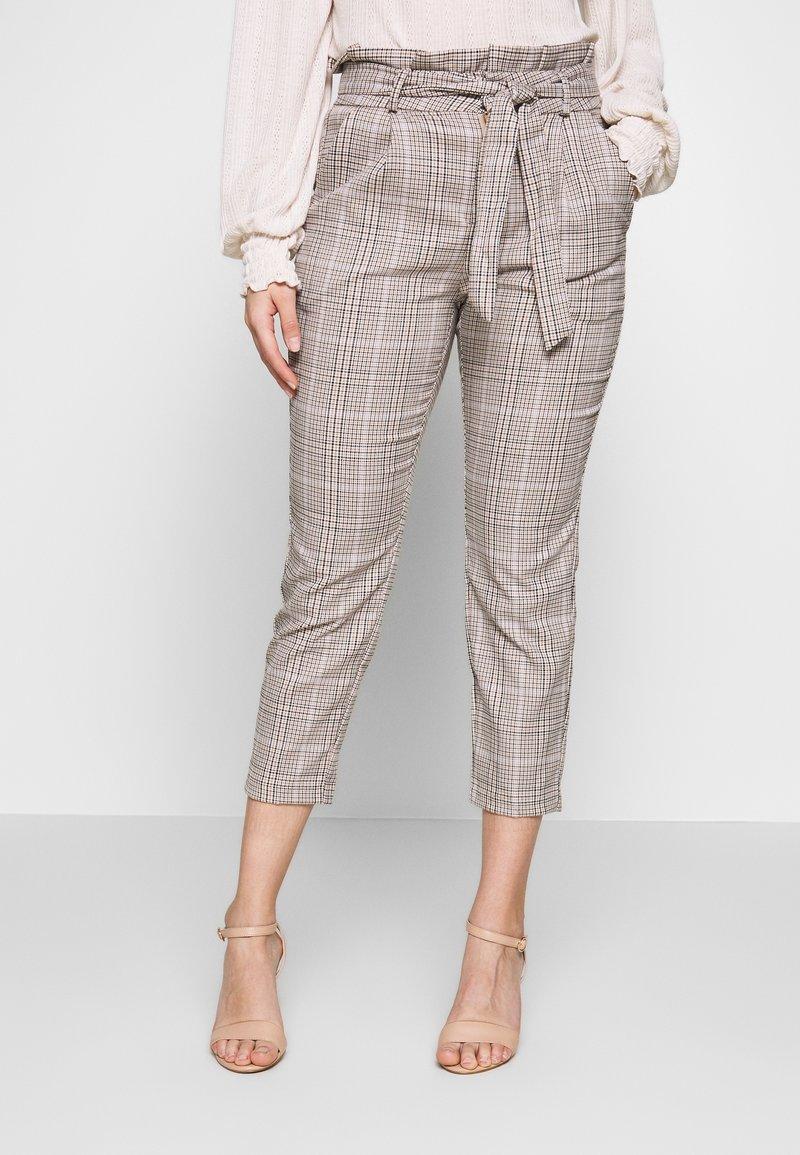 Vero Moda Petite - LOOSE PAPERBAG - Pantalon classique - silver mink/birch/light blue/black
