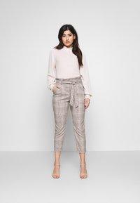Vero Moda Petite - LOOSE PAPERBAG - Pantalon classique - silver mink/birch/light blue/black - 1