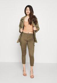 Vero Moda Petite - VMHOT SEVEN CARGO PANT - Pantalones cargo - ivy green - 1