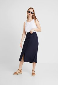 Vero Moda Petite - VMGAEL CALF SKIRT - A-line skirt - night sky - 1
