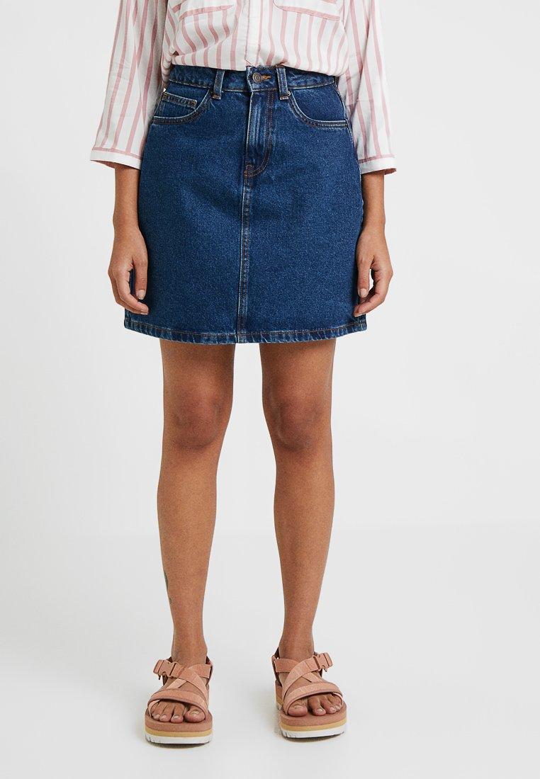 Vero Moda Petite - VMKATHY HR SHORT DENIM SKIRT PETITE - A-line skirt - medium blue denim