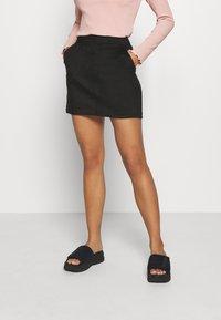 Vero Moda Petite - VMDONNADINA SHORT SKIRT - Minifalda - black - 0