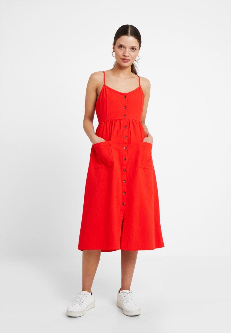 Vero Moda Petite - VMWANDA STRAP BUTTON MIDI DRESS - Robe chemise - fiery red