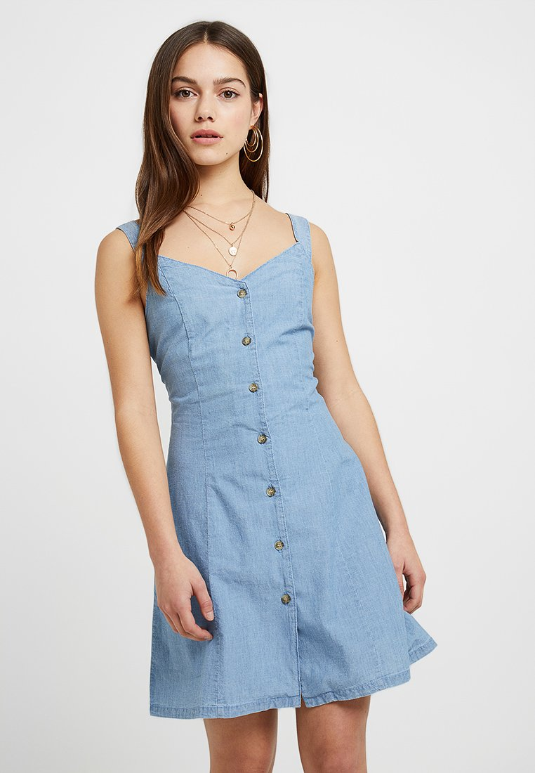 Vero Moda Petite - VMSAMANTHA CHAMB SHORT BUTTON DRES - Denimové šaty - light blue denim