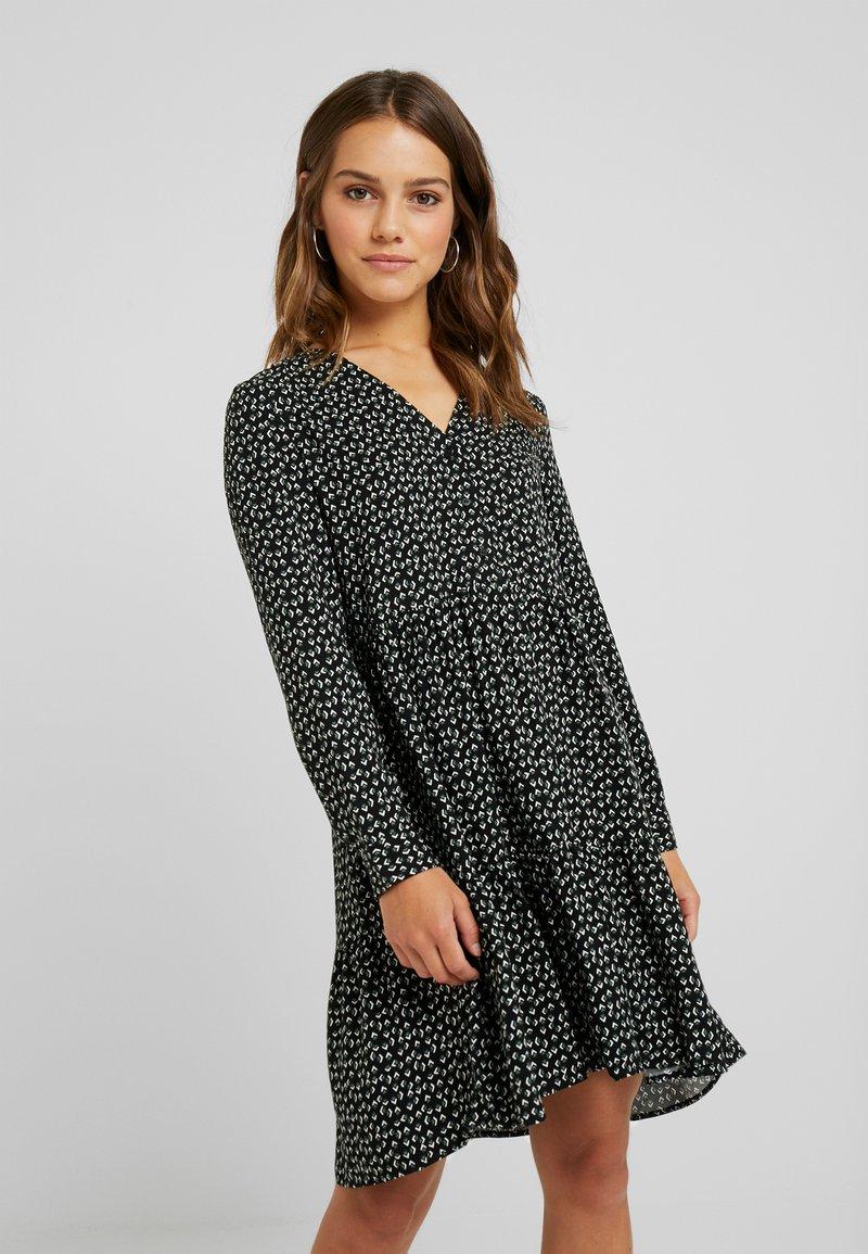 Vero Moda Petite - VMAUTUMN AMAZE DRESS - Freizeitkleid - black