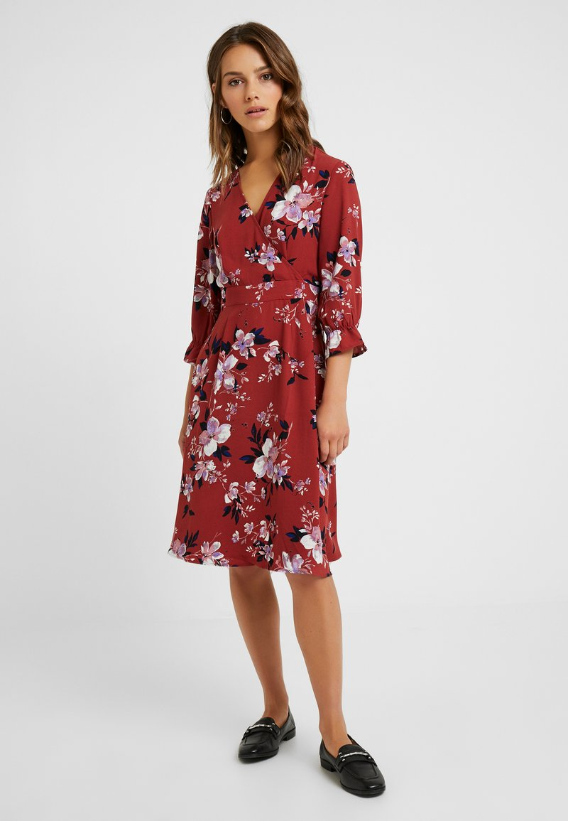 Vero Moda Petite - VMREEDA 3/4 V NECK DRESS - Robe d'été - brown