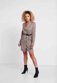 Vero Moda Petite - VMALICIA SHORT DRESS - Denní šaty - tobacco brown - 1