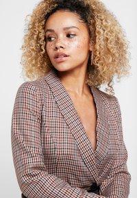 Vero Moda Petite - VMALICIA SHORT DRESS - Denní šaty - tobacco brown - 4