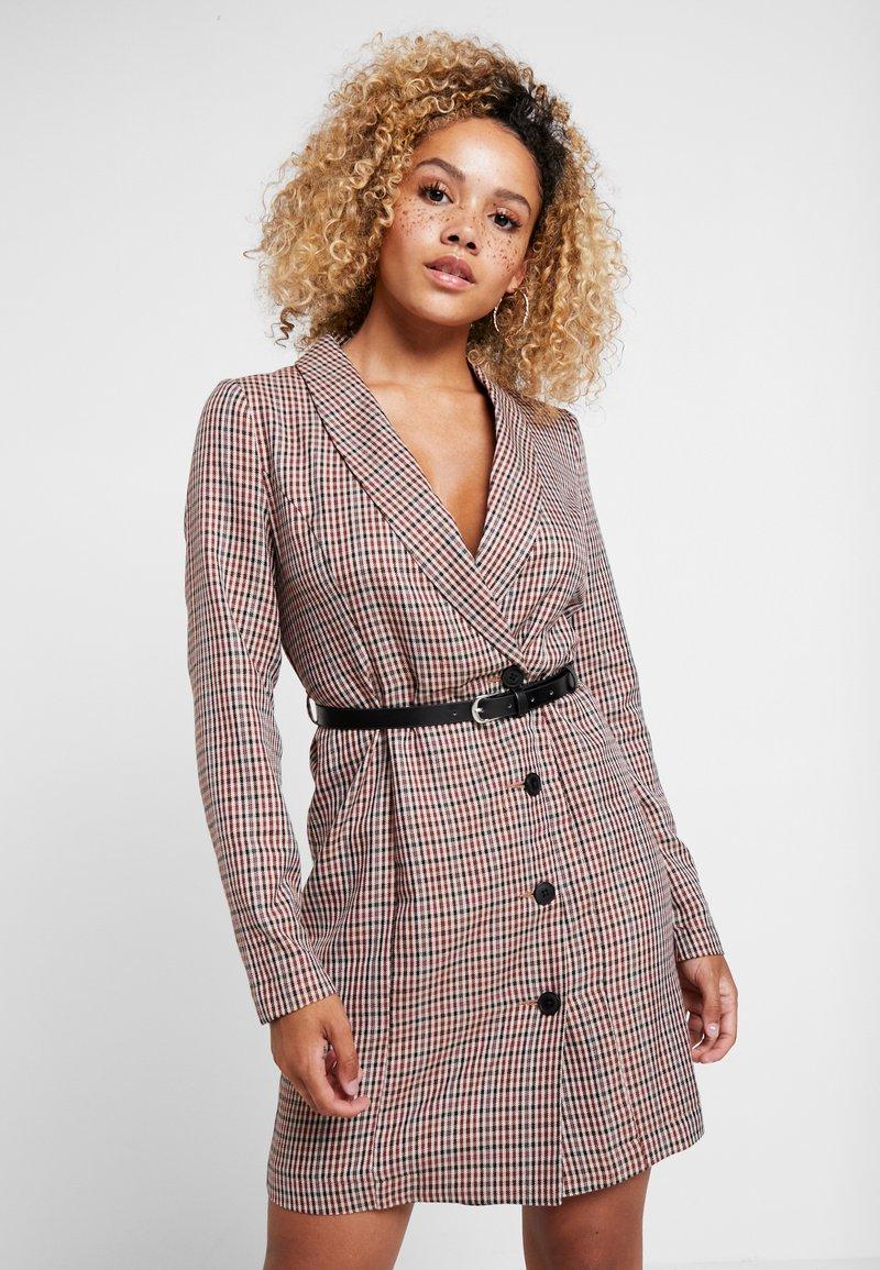 Vero Moda Petite - VMALICIA SHORT DRESS - Denní šaty - tobacco brown