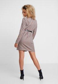 Vero Moda Petite - VMALICIA SHORT DRESS - Denní šaty - tobacco brown - 2