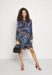 Vero Moda Petite - VMWINDY HENNA SHIRT DRESS - Košilové šaty - pirate black - 1