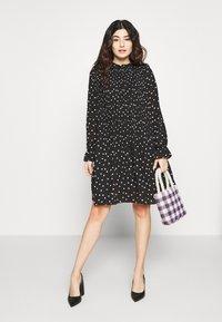 Vero Moda Petite - VMDORIT PLEAT DRESS - Vapaa-ajan mekko - black - 1