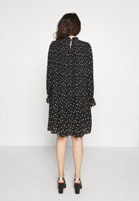 Vero Moda Petite - VMDORIT PLEAT DRESS - Vapaa-ajan mekko - black - 2