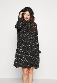 Vero Moda Petite - VMDORIT PLEAT DRESS - Vapaa-ajan mekko - black - 0