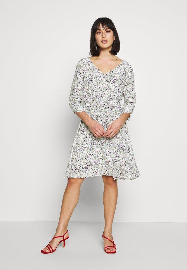 VMVILMA DRESS - Korte jurk - birch/flower print