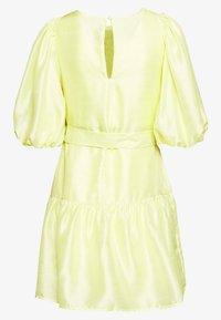 Vero Moda Petite - VMLOUI BELT DRESS VIP  - Vestido informal - sunny lime - 1