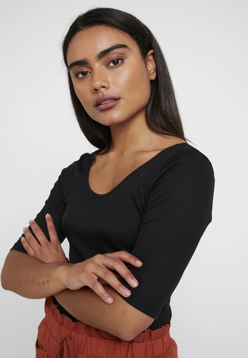 Vero Moda Petite - VMZOIE DEEP NECK - T-Shirt print - black