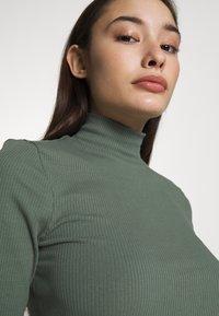 Vero Moda Petite - VMISLA HIGH NECK - T-shirt basic - laurel wreath - 4