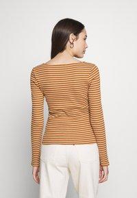 Vero Moda Petite - VMAVA - Top sdlouhým rukávem - tobacco brown/birch - 2