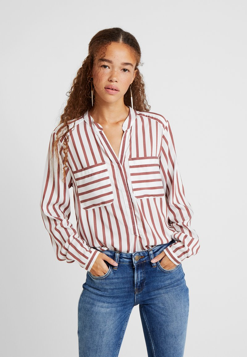 Vero Moda Petite - VMERIKA STRIPE - Bluse - snow white/madder brown