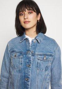 Vero Moda Petite - VMKATRINA LOOSE JACKET MIX - Denim jacket - light blue denim - 4