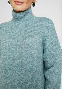 Vero Moda Petite - VMBERKO - Stickad tröja - north atlantic/melange - 7
