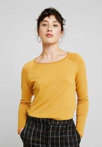 Vero Moda Petite - VMNELLIE GLORY LONG - Sweter - amber gold - 0