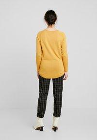 Vero Moda Petite - VMNELLIE GLORY LONG - Sweter - amber gold - 2