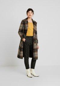Vero Moda Petite - VMNELLIE GLORY LONG - Sweter - amber gold - 1