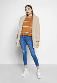 Vero Moda Petite - VMLINA BOO PETIT - Sweter - meerkat/pristine - 1