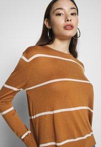 Vero Moda Petite - VMLINA BOO PETIT - Sweter - meerkat/pristine - 4