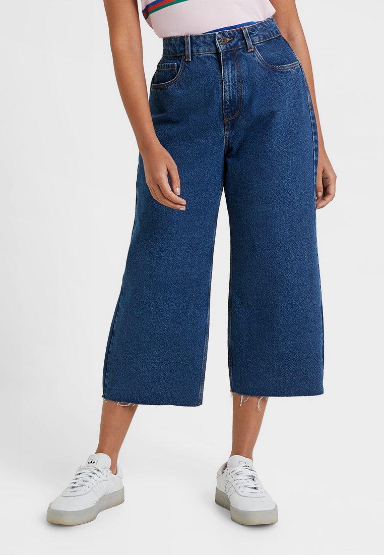Vero Moda Petite - VMKATHY WIDE CROPPED - Jeans Straight Leg - medium blue denim