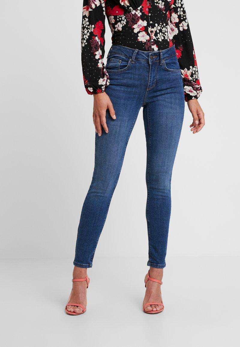 Vero Moda Petite - VMLUX SUPER - Jeans Skinny Fit - medium blue denim