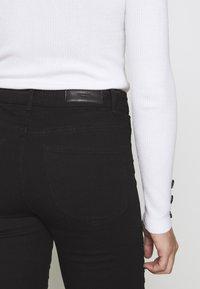 Vero Moda Petite - VMHOT SEVEN MR BIKER PANTS - Jeans Skinny - black - 5
