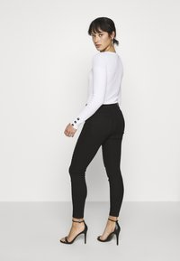 Vero Moda Petite - VMHOT SEVEN MR BIKER PANTS - Jeans Skinny - black - 2