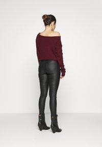 Vero Moda Petite - VMJOY SKINNY TAPERED COATED PET - Jeans Skinny Fit - black - 2